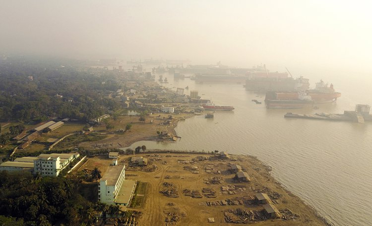 The Beginning of an End: Chittagong Ship–breaking Yard. Photo: Arshia Hatami, ADS6, 2017