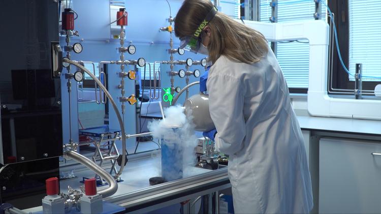 Air Ampule Extraction at British Antarctic Survey Laboratory