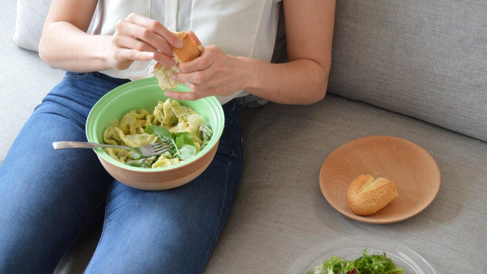 MEaltime: eating on sofa