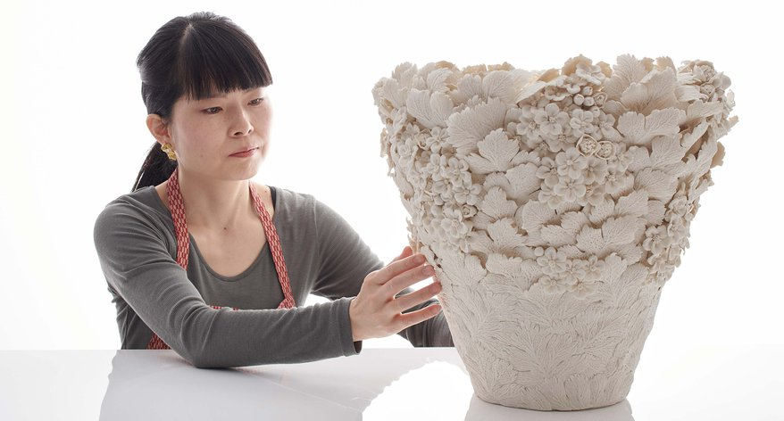 Photographic portrait of Hitomi Hosono with one of her sculptures