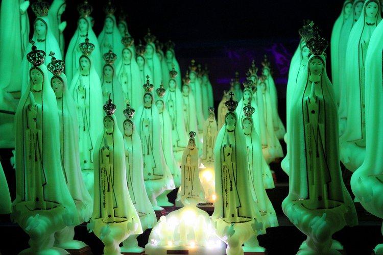 www.fatimashop. Luminous statues of Our Lady of Fàtima. Joana Vasconcelos, 2002.