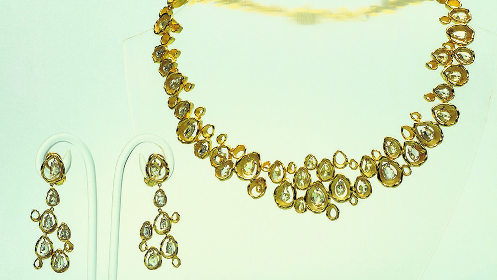 Necklace in 18ct yellow gold nugget edged pear shapes in an irregular format set pendulous briolette drops, 1969. Earrings of 18ct yellow gold nugget edge pear shaped in an irregular format set pendulous briolette drops. 1969.