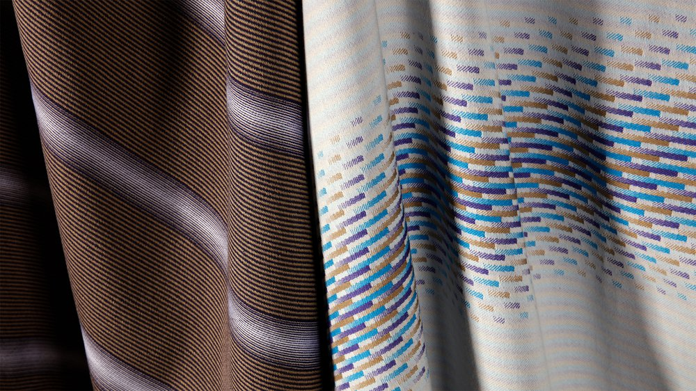Satin in visual pattern and weave structure woven on a single-thread-control loom