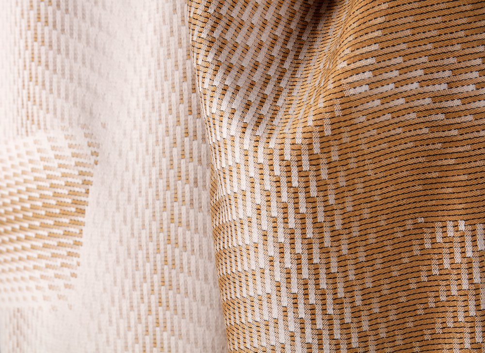 Satin in construction and composition woven on a single-thread-control loom