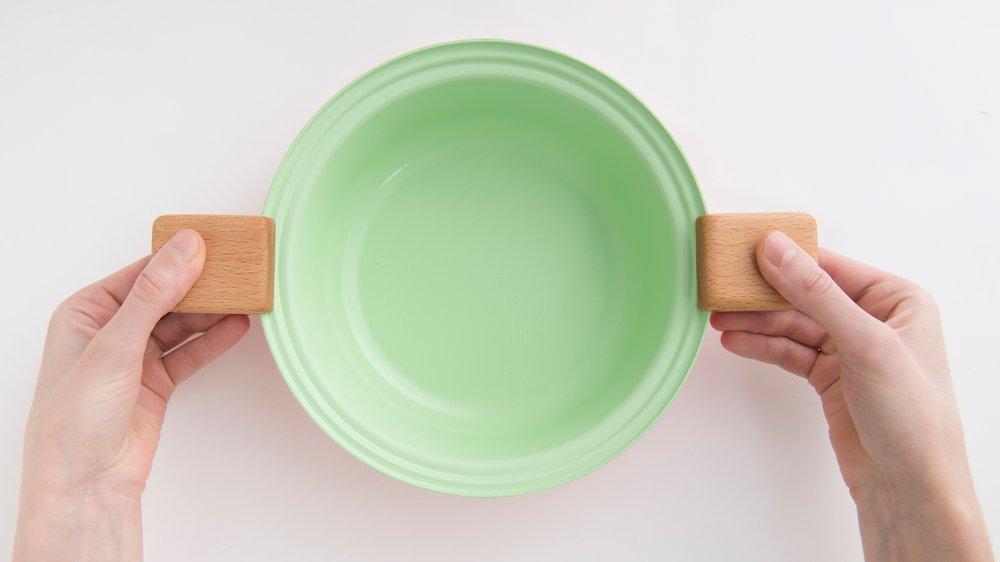 MEaltime picking up pan